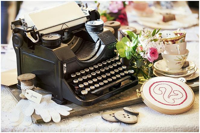 Vintage-Tischdekoration mit einer alten Schreibmaschine
